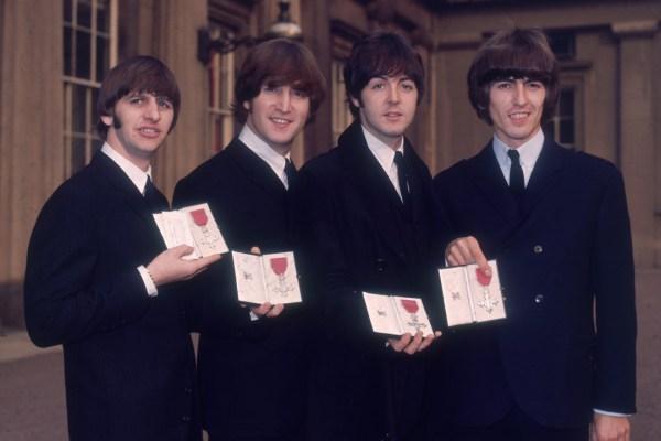 The Beatles Polska: Beatlesi dostają Medale Imperium Brytyjskiego