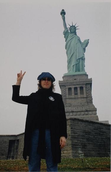 The Beatles Polska: Bob Gruen wykonuje słynne zdjęcie Johna Lennona przed Statuą Wolności