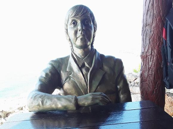 The Beatles Polska: Kubańska restauracja upamiętniła pomnikiem wizytę McCartneya sprzed laty